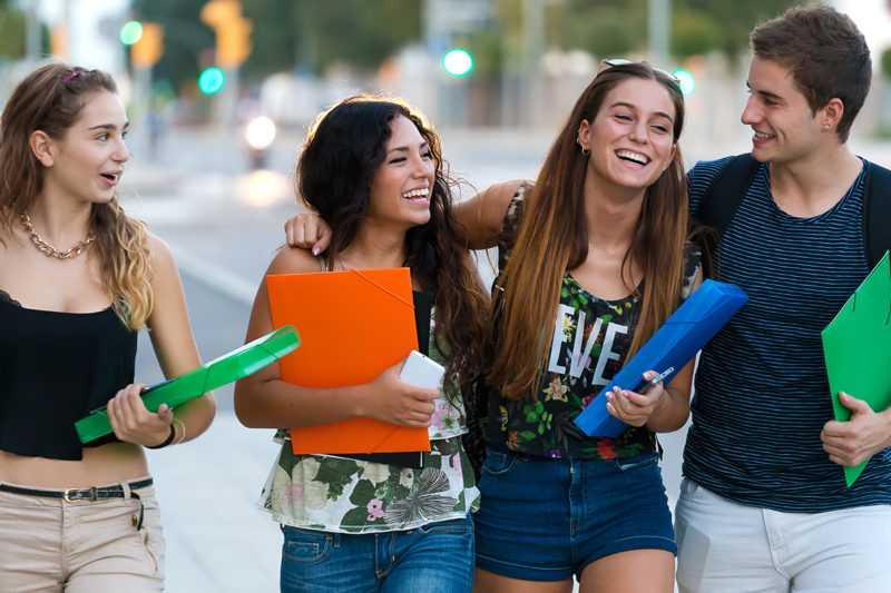 grupa uśmiechniętych studentów