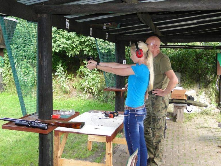kolo naukowe bezpieczeństwo i obronność, dziewczyna ćwiczy strzelanie na strzelnicy