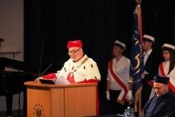 przemowa rektora na mównicy