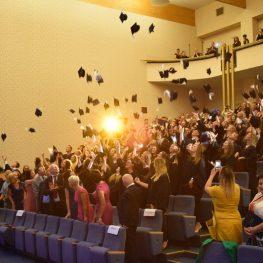 sala wykładowa z biretami studentów w górze