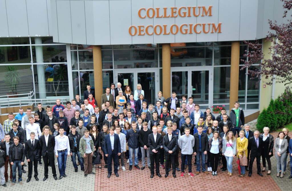zdjęcie studentów przed budynkiem collegium oecologicum