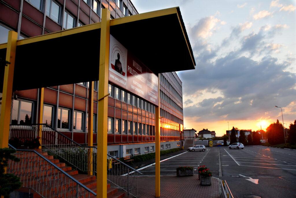 wejście do obiektu uczelni