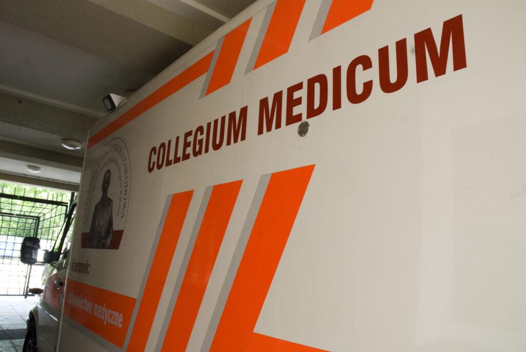 karetka z napisem collegium medicum