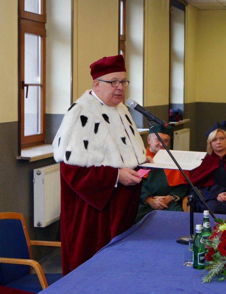zdjęcie rektora na uroczystym posiedzeniu senatu