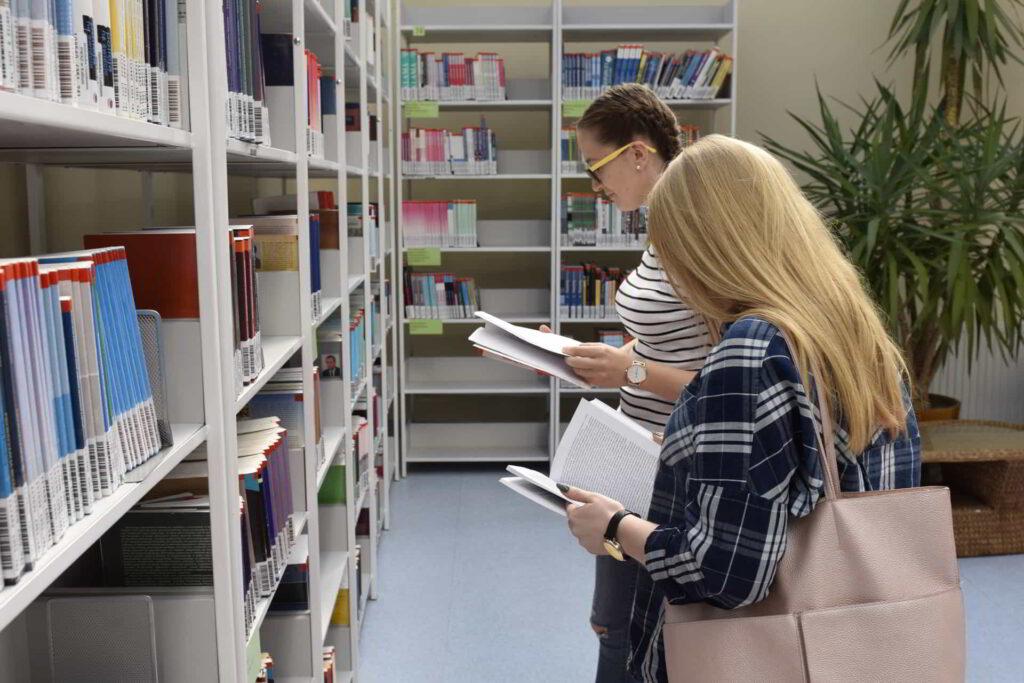 czytelniczki w bibliotece