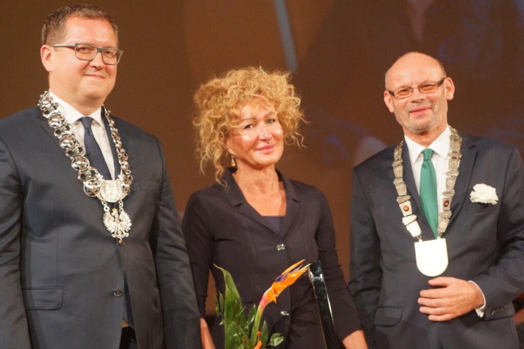 pani Rektor zasłużona dla Kalisza -wyróżniona wyróżniona odznaką Zasłużony dla Miasta Kalisza