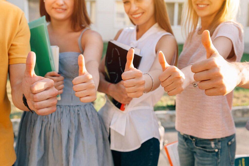 zdjęcie studentów z kciukami w górę
