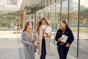 Trzy dziewczyny z zeszytami w ręce